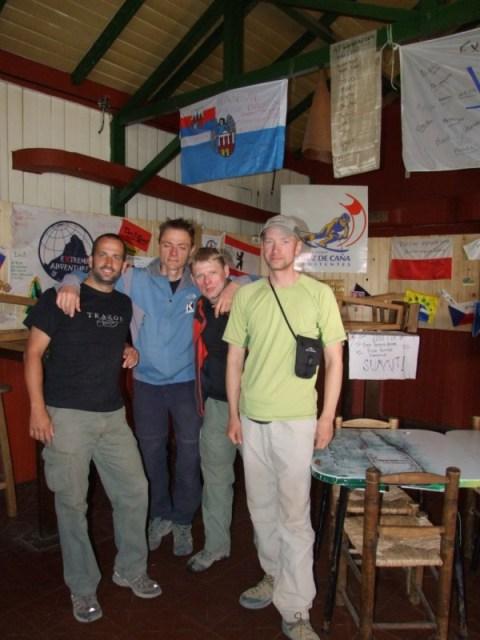 Uczestnicy z flagą wyprawy w tle