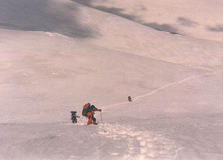 Podejście do schronu przez lodowiec